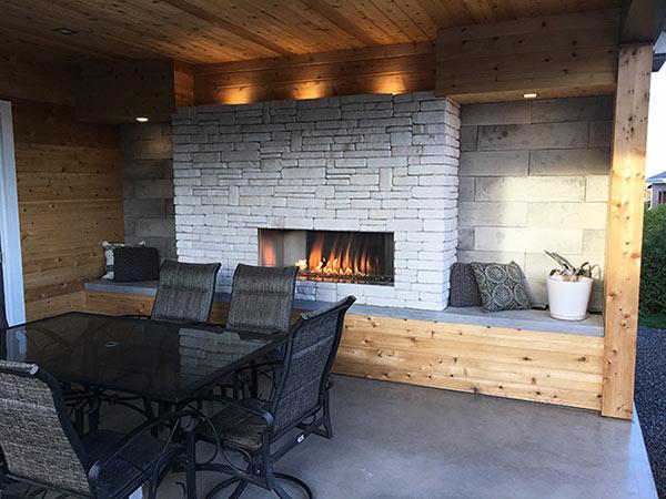 construction de patio avec foyer